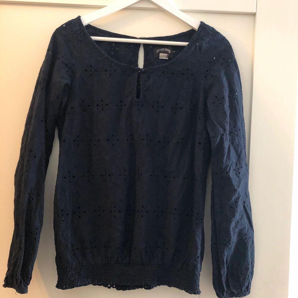 En superfin knappt använd marinblå blus från Tommy hilfiger. Storlek M. Bra pris vid snabb affär! . Blusar.