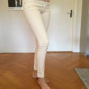 Säljer mina otroligt mjuka och sköna byxor inköpta på Massimo Dutti. Fem olika par; Vita/creme, isblå, ljusrosa samt khakigröna. Säljer dem för 150 kr/STYCK då de bara är använda ett fåtal ggr. De vita/creme är i storlek 36, övriga är 38 - dock ingen stor skillnad på dessa. Tajta men med stretch i. Person på bild är 178 cm lång. Kan även mötas upp i Göteborg. Ev frakt tillkommer.