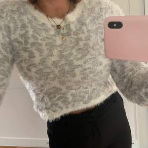 Mysig tröja till vintern, vet ej vart den är från, aldrig andvänd, för 14-16 åringar, men skulle säga att den är storlek S, 150 kr + frakt