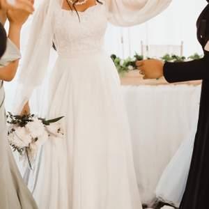 Brudklänning i storlek 36 men passar de som har storlek 38 och 34 då man kan knyta klänning back ifrån tills den sitter perfekt på kroppen. (Frakt ingår i priset)