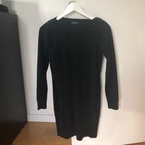 Ribbstickad klänning med tight passform köpt på diabless. Onesize men skulle säga att den passar XS-M då den är stretchig.