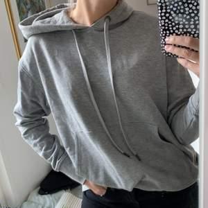 Jättemysig lite längre hoodie från Weekday! Knappt använd. Pris kan diskuteras och frakt tillkommer 💕