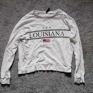 En vit tröja från h&m, lite tunnare material. Storlek S. Säljer då den inte blir använd längre. Frakt tillkommer. Byten är möjligt!