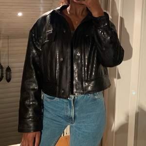 Säljer en superfin croppad paljett jacka ifrån Zara. Aldrig använd. Köparen står för frakten- 63kr 💕