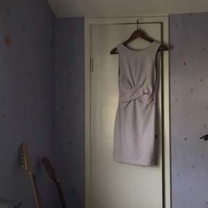 Jättefin klänning i ljuslila