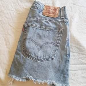 Livets snyggaste jeanskjol säljes med sorg pga den är för liten för mig.🌹I nyskick🌸 frakt tillkommer ca 50kr.