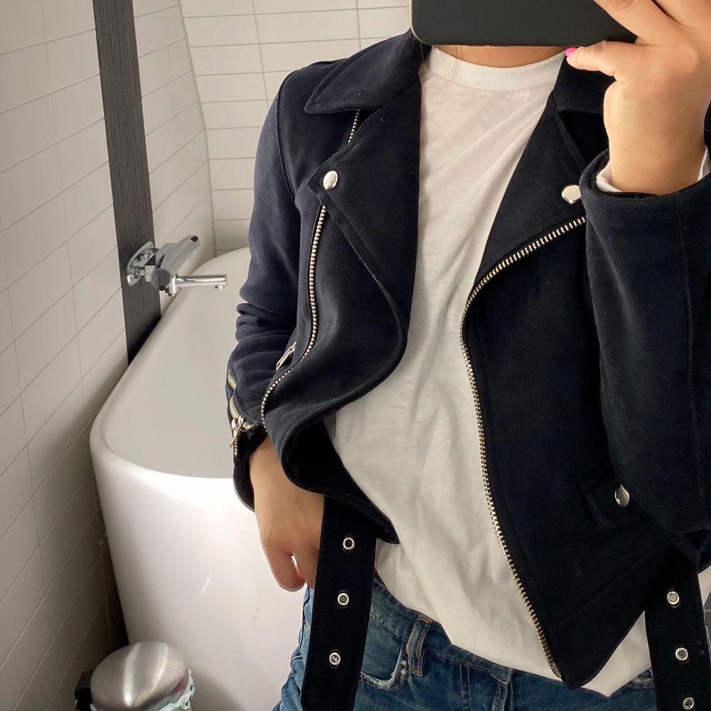 Jättefin mörkblå bikerjacka i kortare modell och i mockaimitation. Köpt på Zara för något år sedan för 600 eller 700, minns inte. Jättebra skick. Jackor.