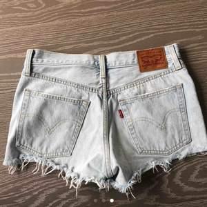 Säljer mina jätte omtyckta Levi's shorts som tyvärr blivit för små. Helt slutsålda överallt. Köpare står för frakt, 63 kr.