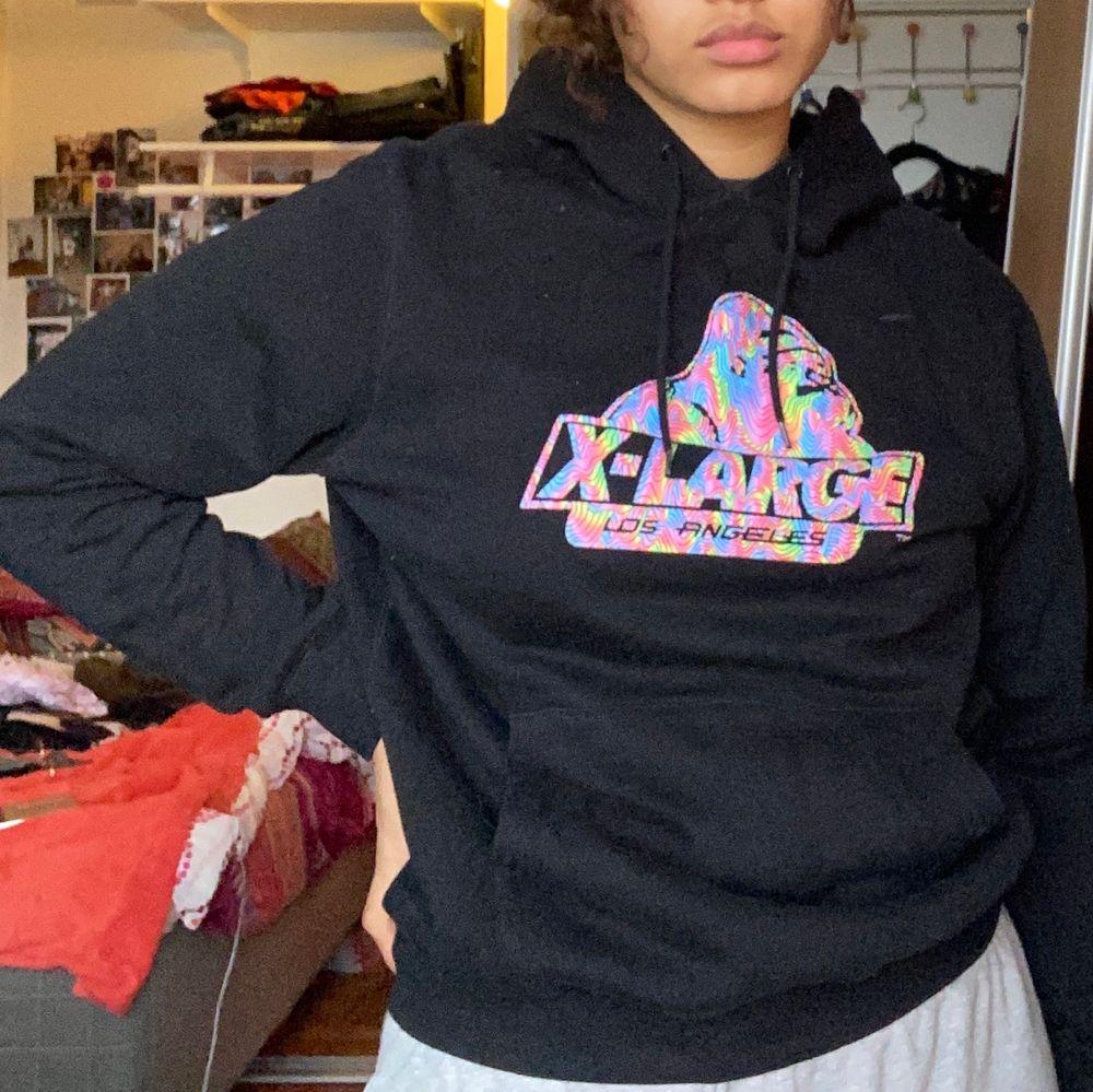 En jättesnygg OG Melt Hoodie från märket X-Large Los Angeles som tyvärr aldrig kommer till användning. Sällan använd så är i väldigt fint skick. Skulle säga att den är lite liten för att vara en medium. Frakt tillkommer ♥️. Huvtröjor & Träningströjor.