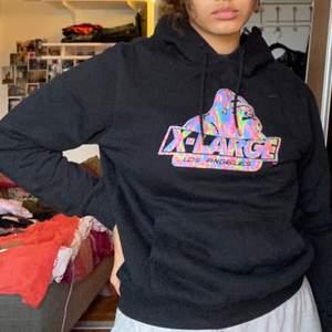 En jättesnygg OG Melt Hoodie från märket X-Large Los Angeles som tyvärr aldrig kommer till användning. Sällan använd så är i väldigt fint skick. Skulle säga att den är lite liten för att vara en medium. Frakt tillkommer ♥️