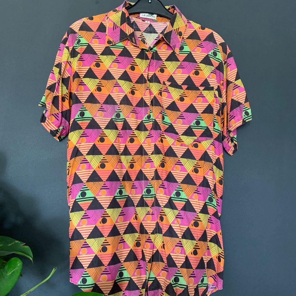 80's Retro skjorta ifrån le frog ! Denna skjorta lär du inte hitta någon annan stans! Skön oversized i storlek 38 (motsvarar S-M) passar mig som brukar använda L. 150kr inklusive frakt 🏺🏺. Skjortor.