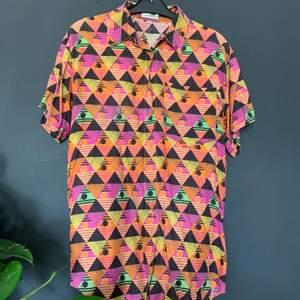 80's Retro skjorta ifrån le frog ! Denna skjorta lär du inte hitta någon annan stans! Skön oversized i storlek 38 (motsvarar S-M) passar mig som brukar använda L. 150kr inklusive frakt 🏺🏺