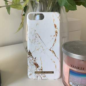 Säljer ett iphone skal till iphone 7/8 plus från ideal of sweden. Ett jätte fint marmor skal med guld detaljer som jag tyvärr inte kan använda längre, då jag bytt mobil. Frakt tillkommer. skalet är nästan oanvänt.