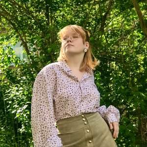 Skjorta med puffig ärm.  Strl ca M, fråga om exakt mått  Avhämtning i midsommarkransen eller frakt 63kr (spårbart)