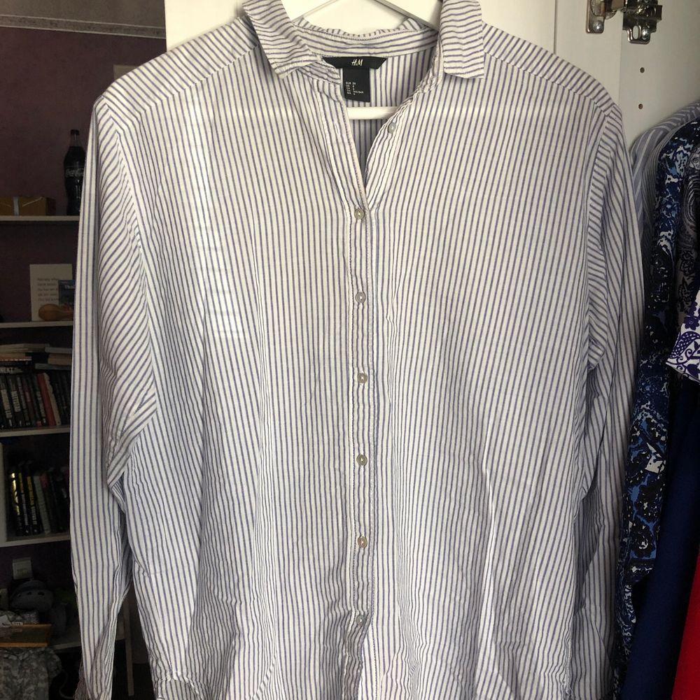 Använd en gång men ser ut som ny! Betalning via swish. Köparen står för frakten📦. Skjortor.