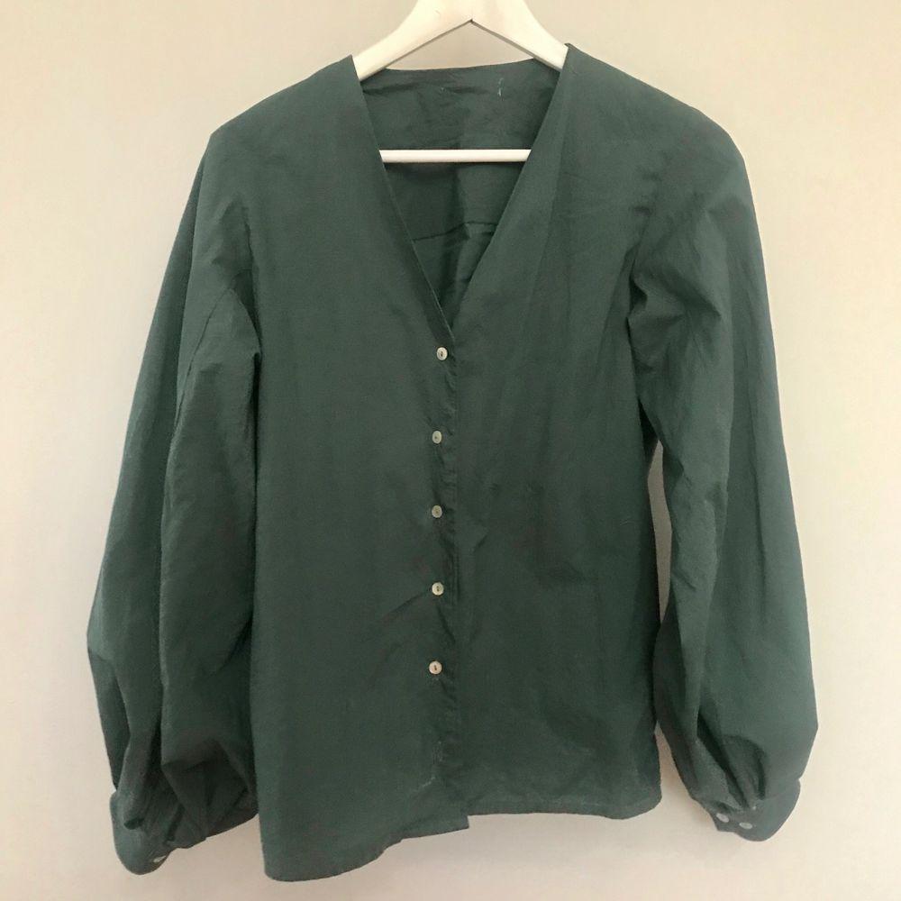 REMAKE_SECONDHAND_CUSTOM-MADE  Skjorta med puffig ärm  Strl ca M, fråga om exakt mått  Avhämtning i midsommarkransen eller frakt 63kr (spårbart)  //  Har du en skjorta du vill att jag gör om? Hojta, så fixar jag! . Blusar.