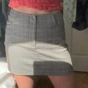 Superfin rutig kjol från pull&bear!💖den är i storlek M men jag har ofta S så skulle säga att den passar S-M💖köparen står för frakt eller så möts jag i Stockholm🕺