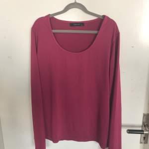 En extremt bekväm långärmad tröja i rosa. Köparen står för frakt