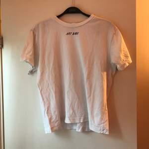 T-shirt från monki, knappt använd