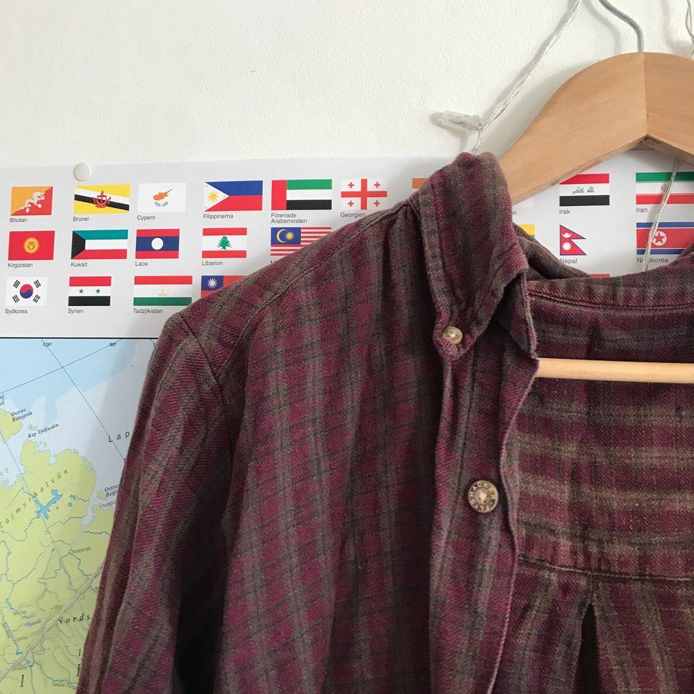 Sååå fin retro skjorta, typ vinröd/brun ish??? ❤️ . Skjortor.