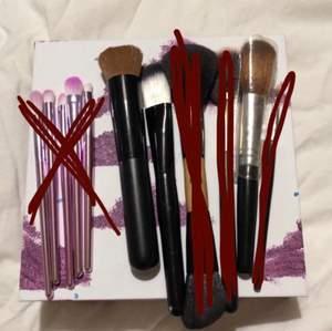 Massa olika makeup brushes från olika märken. Vissa är använda några gånger medans vissa aldrig använts. Skriv vid frågor :) De små rosa är ett kit som kostar 15kr. Resten kostar 10kr/st! ❌ De röd markerade är sålda ❌