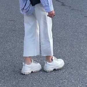 Superfina vida vita jeans, högmidjade och croppade. Endast använda 3/4 gånger, I toppen skick!