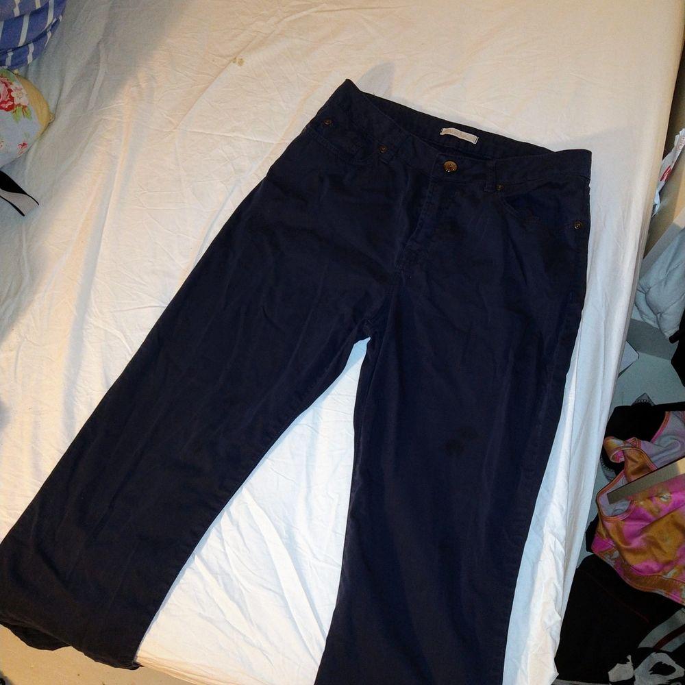 Mörkblåa chinos/byxor från ett jättefint franskt märke som heter Votre Nom! På varje knapp är det små kristaller. Säljer för har ett par exakt likadana! De kostade 800 kr från början. Storleken är 36/38.. Jeans & Byxor.