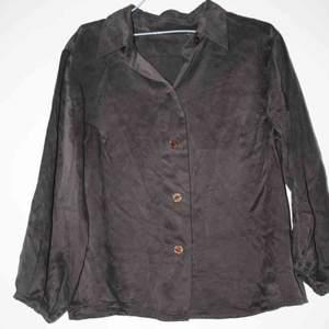 Brun skjorta i siden, trekvartsarm