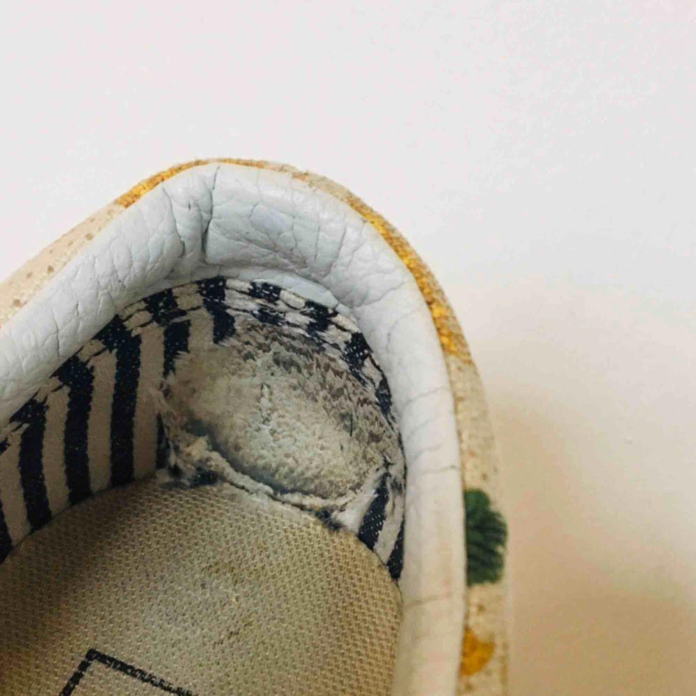Vans med solrostryck. Flitigt använda, därav billigt pris, smuts och skav i hälen (se bild 2 och 3). Frakt 50kr :). Skor.