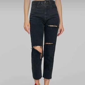 Säljer oanvända jeans från märket Stradivarius då dom är för små och jag har klippt bort lappen.. Köptes från zalando, storlek 34. Mom jeans