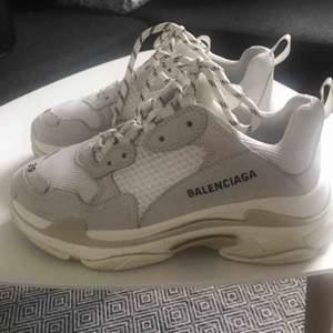 Balenciaga Triple S skor säljes. Har använts ett fåtal ggr och har inga skador eller märken. Köpta på Browns.. kvitto och originalbox finns samt svarta snören.