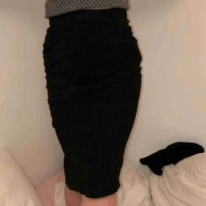 Pennkjol i mocka med ett svart, diskret mönster. Köpt i Paris förra året på en second hand affär
