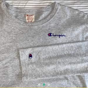 Jättefin långärmad ljusgrå tröja från Champions som är använd men i väldigt gott skick! Inga fläckar eller slitningar. Storlek M, frakt tillkommer!