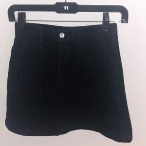 Säljer denna superfina kjol i Stl 34! Den är i gott skick och har bara använts några få gånger. Kjolen är i Manchester-tyg och har två ganska stora fickor där fram. Säljer för 100kr (originalpris 250kr) + frakt!