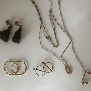 Endast halsbandet till vänster är använd 1 gång, resten är oanvända! Köpta i Sverige och Grekland.  Örhänge; 30kr/styck. Halsband: 50kr/styck.