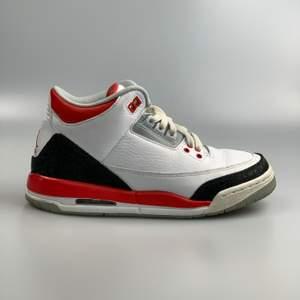 Jordan 3 fire red (2013) storlek 38,5. Skicket på skorna är 8/10 skulle jag säga. Kan frakta eller mötas vid snabb affär kan vi dela frakt.                                                                      Har ni några frågor så hör av er gärna