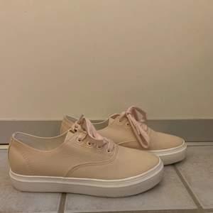 Säljer dessa beige/rosa skorna från Even&odd. Skorna är i väldigt fint skick och är endast använda en gång! 140kr + frakt