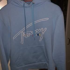 Nästan helt oanvänd. Storlek S. Baby blå hoodie med detaljer.
