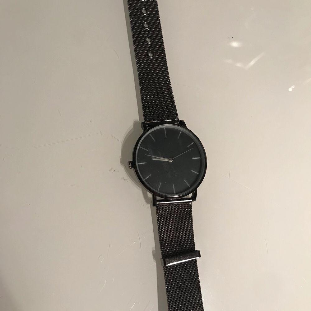 Helt oanvänd svart klocka, ser ut precis som när jag köpte den. ( batteriet är slut så den visar ej tiden ). Accessoarer.
