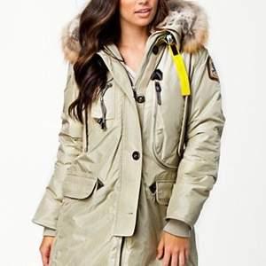 Säljer min beigea parajumer jacka från förra året. Super skön och perfekt till vintern. Säljer även en likadan svart st s!