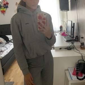 Säljer en ljusgrå NASA hoodie som jag använt ett par gånger men som blivit för liten för mig. Budning från 30kr