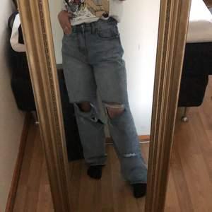 Säljer mina jeans ifrån PLT då det inte kommer till användning längre. Jag är ca 160cm och brukar bära 34/36 i jeans, passformen är lite större och känns lite mer som en 36.