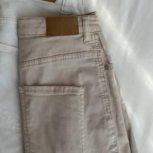 Ett par super fina jeans från Gina nästan aldrig använda. (på andra bilden så är det inte dom beiga jeansen det är ett par likadana fast ett par vita)🙃