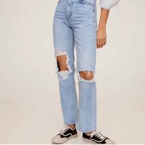 säljer nu mina favvo jeans från mango då dem börjar bli försmå, storlek 32 men kan även passa 34 <3 as bra skick och försiktigt använda, köptes här på PLICK för 730kr:) skriv privat om du är intresserad✨