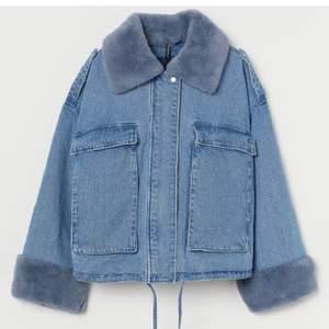 Intressekoll på denna slutsålda H&M jacka. Köp för en vecka sedan så knappt använd storlek M/L men passar vem som högsta bud 1100