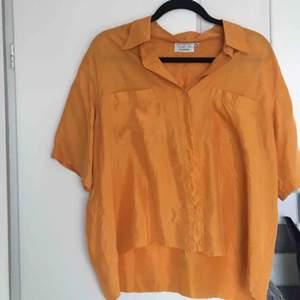 Orange Second hand skjorta i tunnt luftigt tyg. Perfekt på sommaren!🧡 Jag har själv klippt den i midjan, därför är den lite fransig. Annars bra skick!!  Lite frakt tillkommer