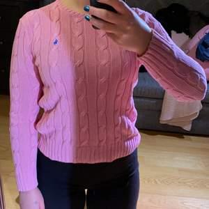 Hur fin chockrosa pullover! Klassisk kabelstickad från Ralph Lauren!