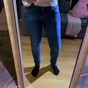 Superfina jeans från Tiger of Sweden. Riktigt snygg tvätt och format rumpan riktigt snyggt! Mid-rise i väldigt bra skick.