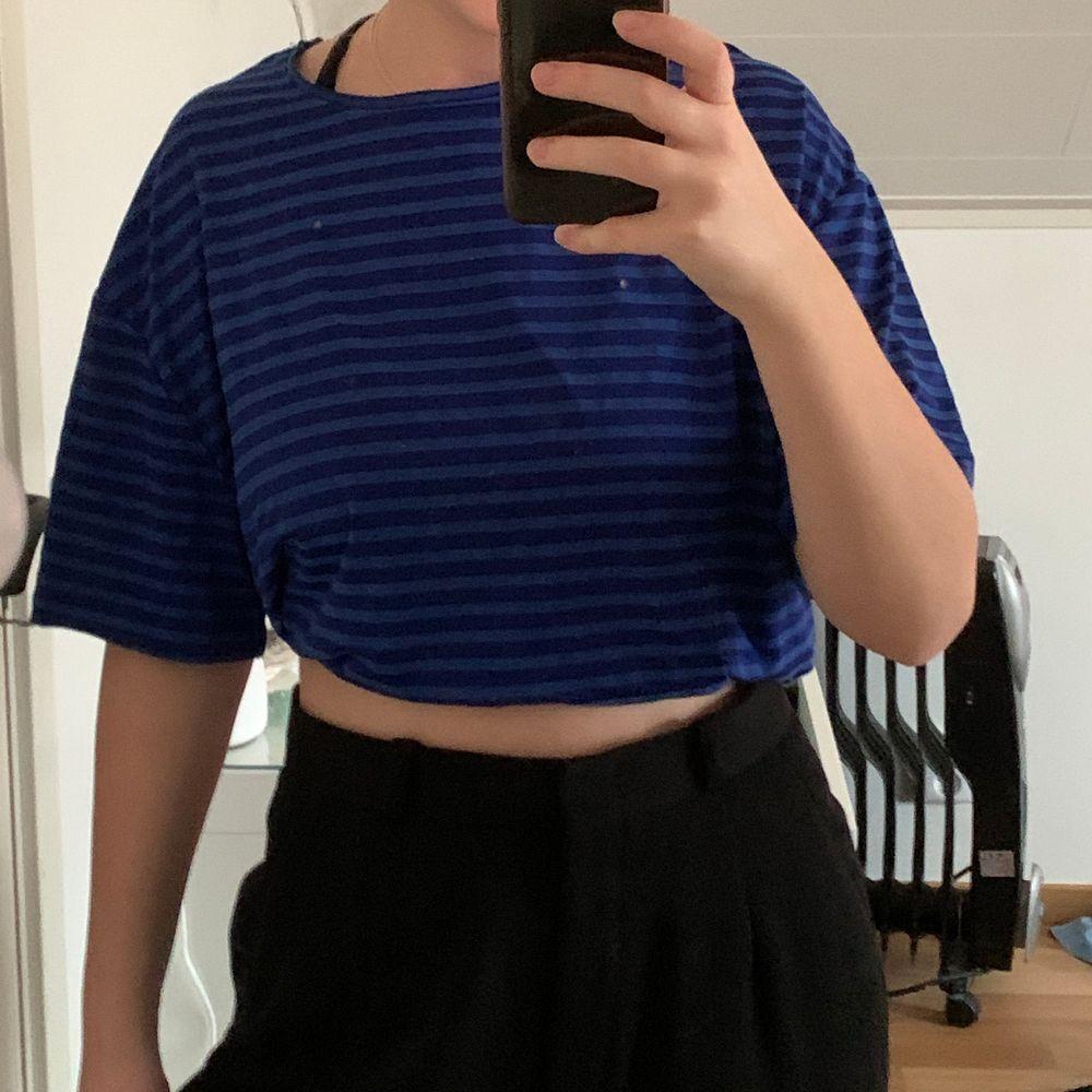 Så snygg färg som får en outfit att sticka ut! Tunn och skönt material✨. T-shirts.