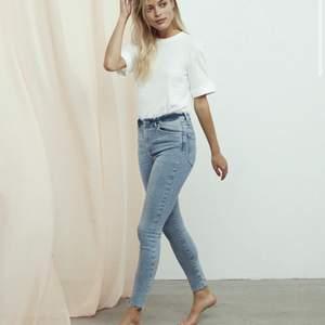 Ljusblå jeans från bikbok i strl S. Superbra skick. Köptes för 599kr innan sommarn så säljs nu för 100+frakt💕